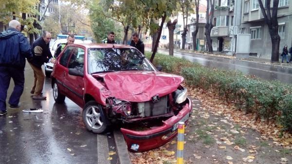 """Катастрофа блокира трафика по бул. """"Цар Освободител"""""""