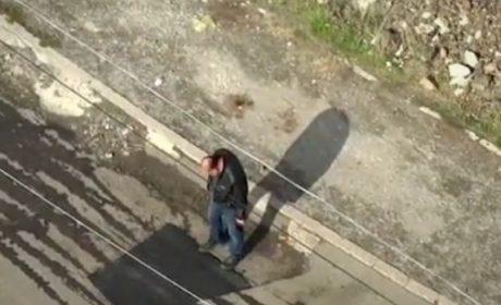 Така се прави в България: Асфалтират дупки с крака