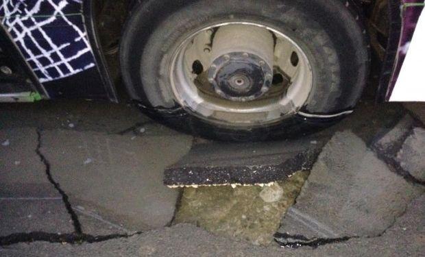 Автобус пропадна в яма, останала след ВиК ремонт