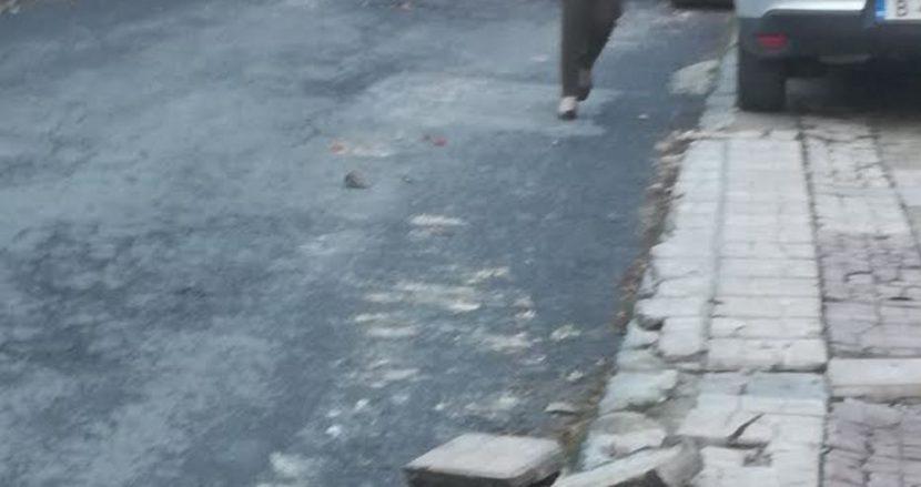 Трактор изкърти тротоарите на улица (снимки)