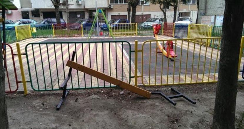 Нова площадка във Варна е занемарена. Счупена пейка стои до оградата