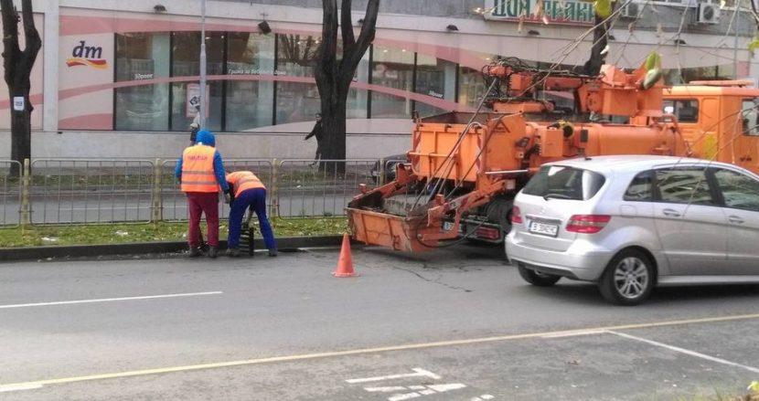Почистват уличните шахти (снимки)