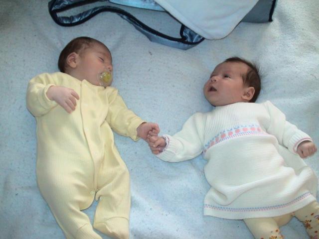 Близначета посрещнаха първи Коледа в АГ болница