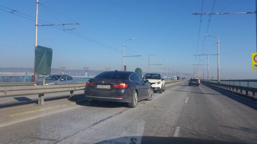 Здрав автомобилен екшън се заформи на Аспарухов мост във Варна
