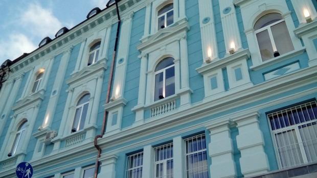 Центърът на Варна грейна с обновената сграда на ДНФ