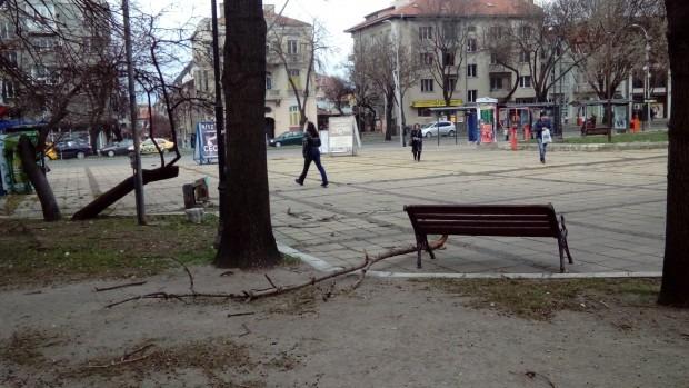 Сняг и сигнали за летящи клони и предмети заваляха във Варна