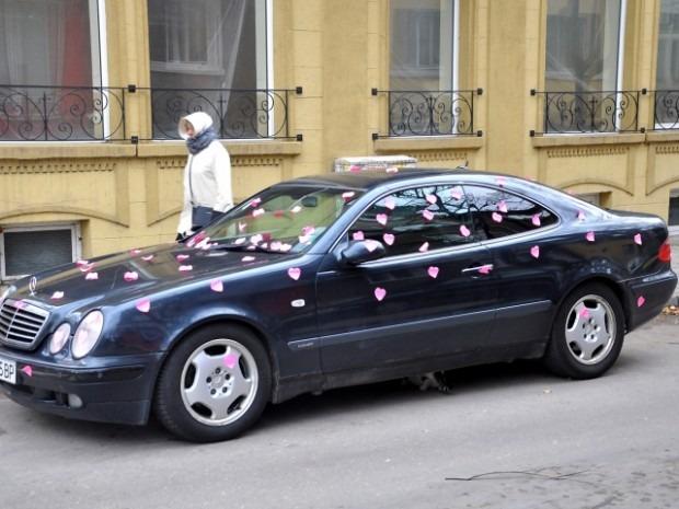 Варненски автомобил осъмна облепен в розови сърца