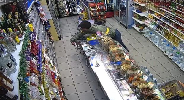 Камера засне нагла кражба от хранителен магазин в центъра на Варна