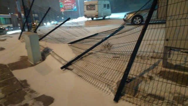"""Силният вятър събори ограда на паркинг в ж.к. """"Младост"""" на метри от пътното платно (снимки)"""