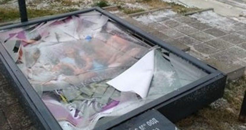 Бурният вятър във Варна изтръгна рекламните витрини край спирките