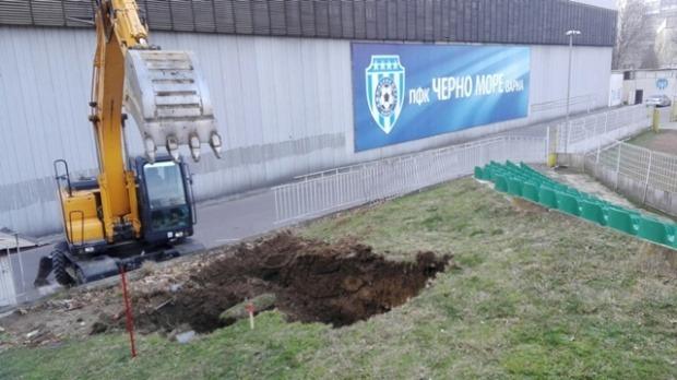 """Започна ремонта на стадион """"Тича"""" (снимки)"""