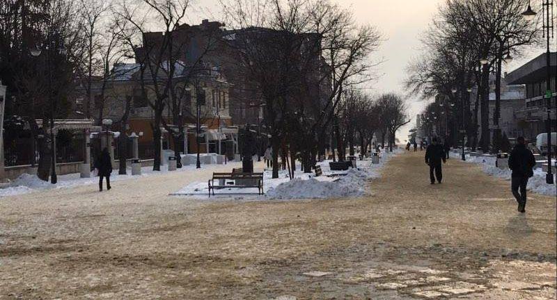 Посипани с пясък са централните пешеходни зони във Варна против заледяване