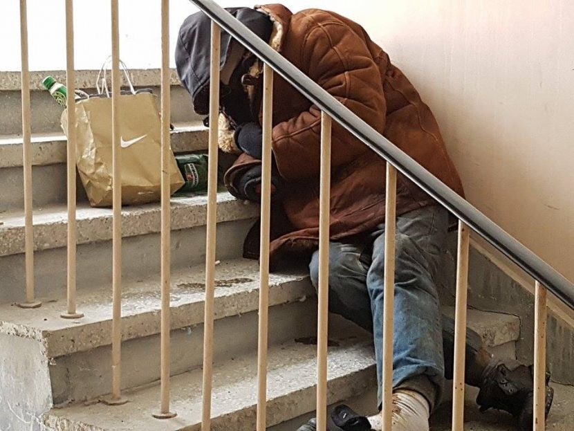 Първо в BudnaVarna.bg: пиян мъж лежи на стълбите на -10 градуса, 112 нехеа (видео)