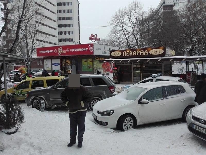 Първо в BudnaVarna.bg: улица Брегалница блокирана от 4 катастрофи с 15 автомобила (снимки)