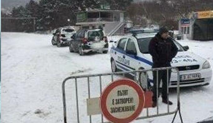 Затворен път блокира десетки коли на изхода на Варна