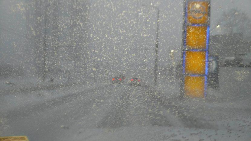 Силен вятър със сняг тормози шофьорите по кварталите