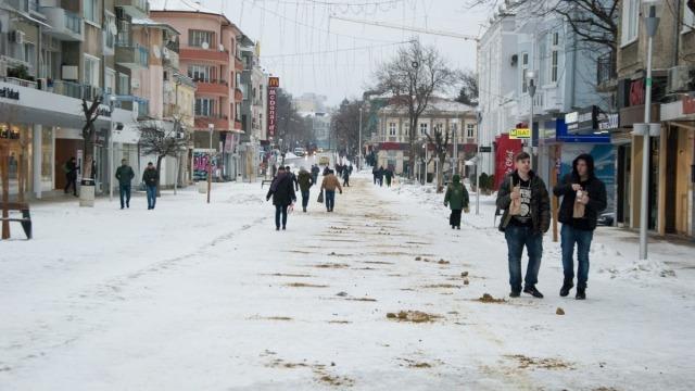Площади и спирки във Варна осъмнаха опесъчени