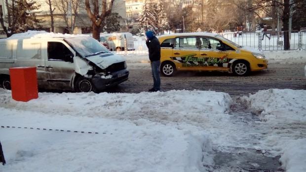 Микробус се вряза в автобус пред Община Варна (снимки)