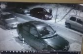 Мъж реже наред гуми на коли в
