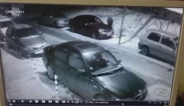 """Мъж реже наред гуми на коли в """"Цветния квартал"""" (видео)"""