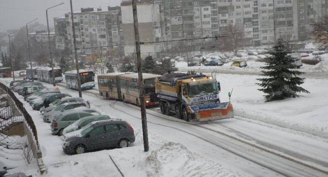 Общината: 32 снегорина чистят Варна, обстановката е нормална