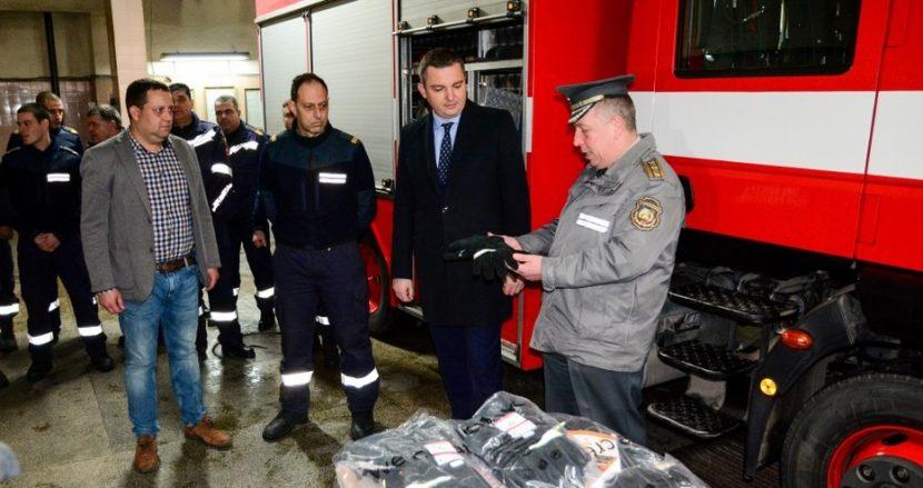 Властта дари 100 чифта ръкавици на варненските пожарникари