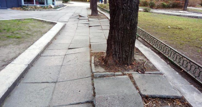 Тротоари в центъра на Варна са в ужасно състояние!