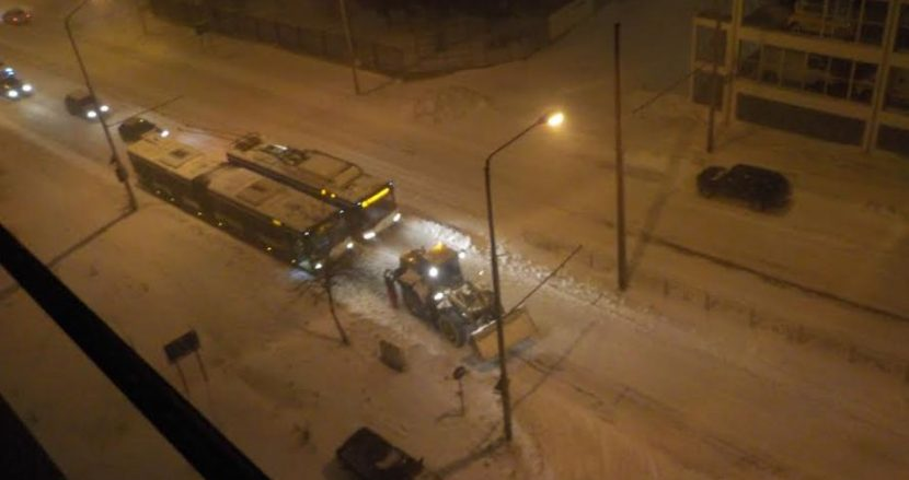 Снегът натрупа сериозно, булевард е блокиран (снимки)
