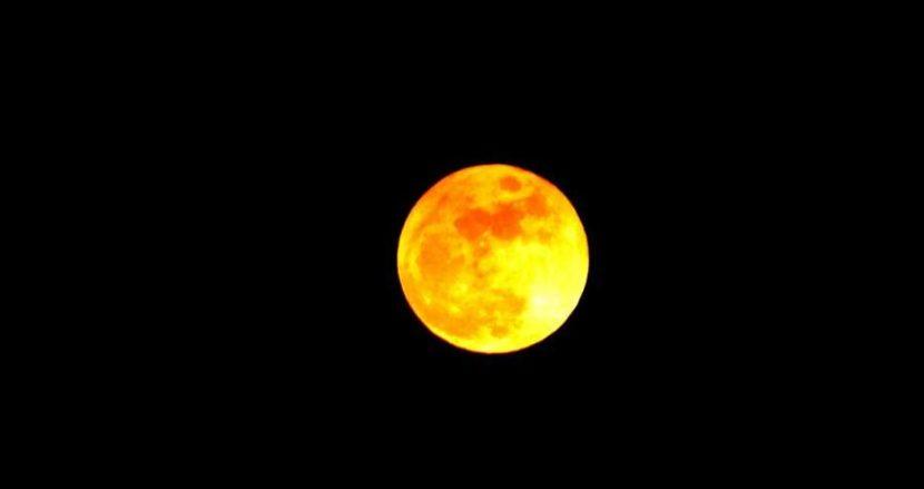 Вижте уникални снимки на Вълчата луна от Варна- красива е!