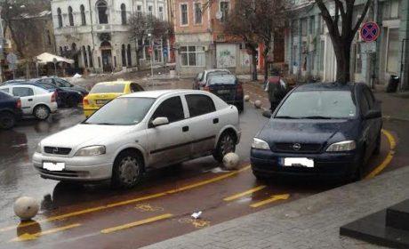 Читател: велоалеята пред МВР се превърна в паркинг