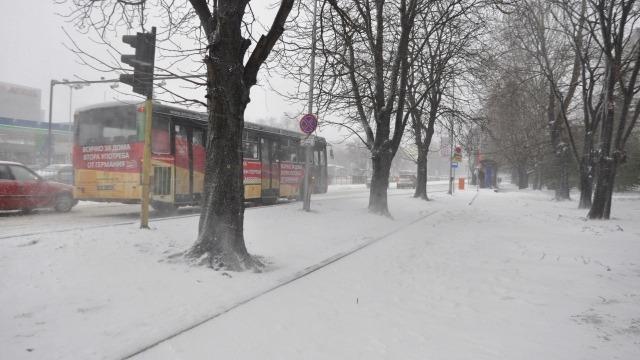 Заради зимната обстановка градският транспорт се движи със закъснение