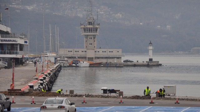 Изграждат осветление в района на обновената зона край Морска гара