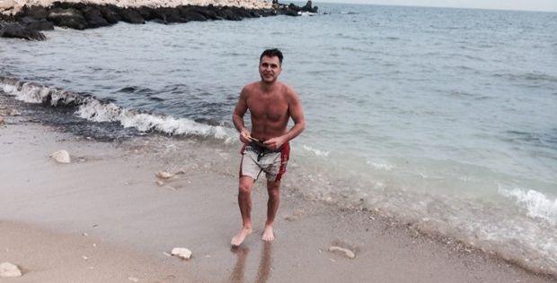 Екстремно в студа: Варненец се къпе в морето през ден