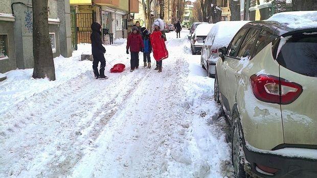 Паркирани коли пречат на почистването на малките улици