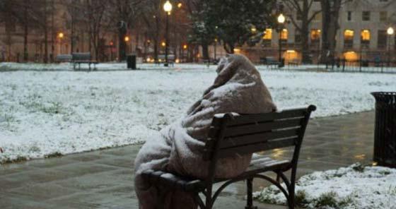 Днес България се разплака от тази снимка! Виж кой стои на студа на тази пейка, само по едно старо одеяло!