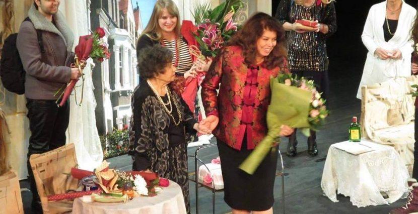 """Звездите от """"Жена ми се казва Борис"""" и публиката във Варна поздравиха Стоянка Мутафова за 95-ия рожден ден (ВИДЕО)"""