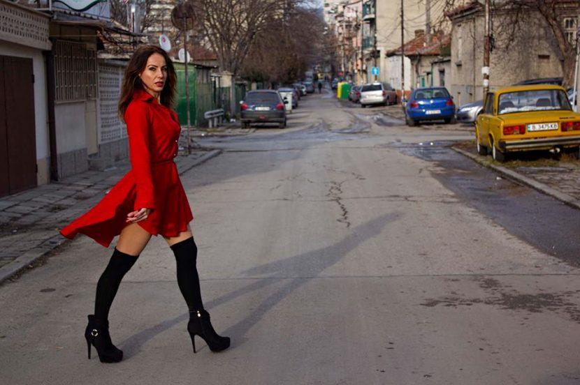 Варненска журналистка показва бедра (снимки)