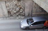 Защо камъните падат от стената край подлеза Шипка? (снимки)