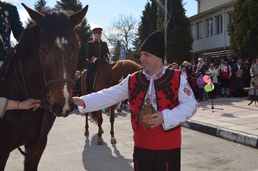 Девненци отбелязаха Трети март с вълнуващ исторически спектакъл и богата фолклорна програма (снимки)