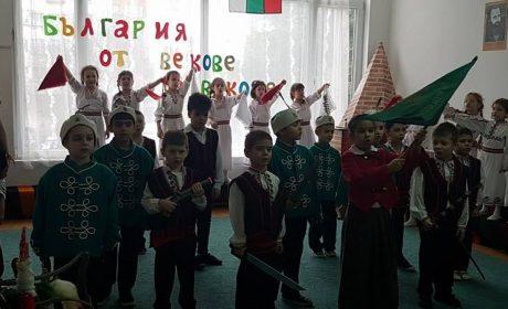 """С възрожденски спектакъл децата от ДГ """"Слънчо"""" загряха за 3-ти март (видеа)"""