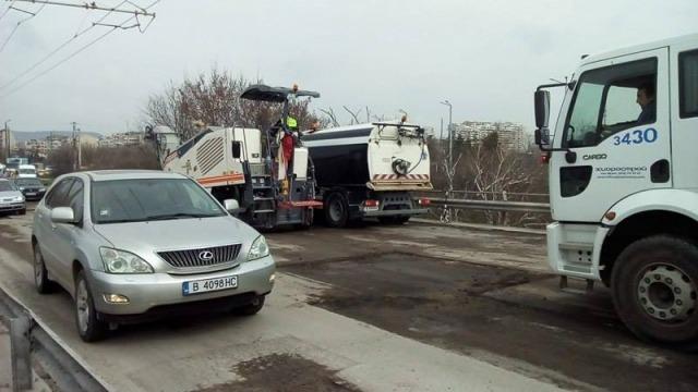 Кърпенето на Аспарухов мост предизвика голямо задръстване (снимки)