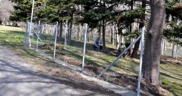 Общината предписа да се събори оградата на частен имот в Морската градина