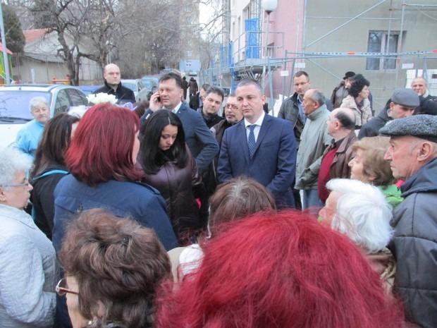 """Лиляна Павлова пред жители на """"Трошево"""": Ще възобновим програмата за саниране"""