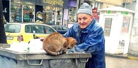 Варненец събира храна от контейнерите за уличните животни
