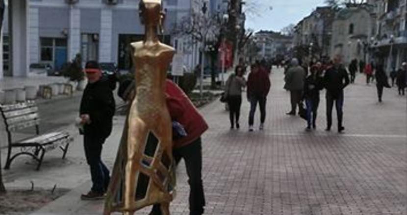 Най-новата статуя в центъра (снимки)