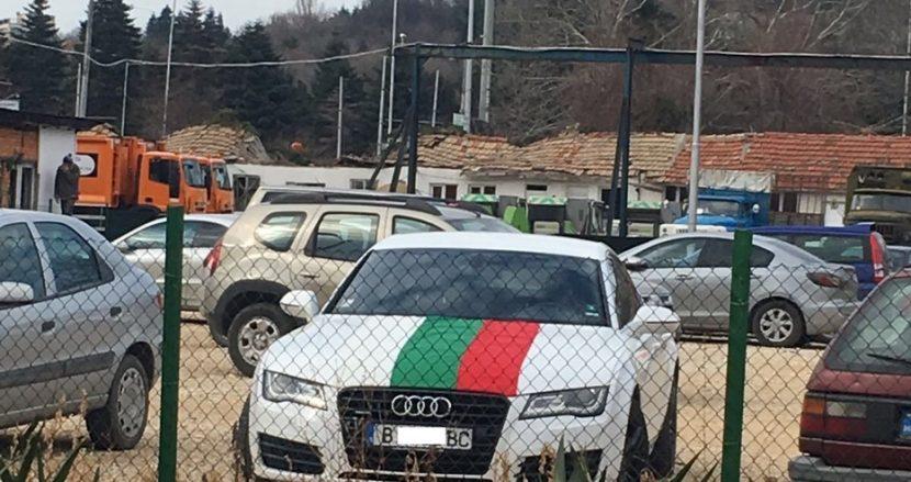 В чест на 3 март! Варненец обикаля с колата си, облицована с трибагреника (снимки)