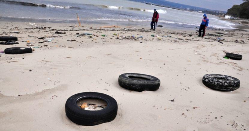 Ученици се хващат да чистят Офицерския плаж във Варна по случай Световния ден на водата