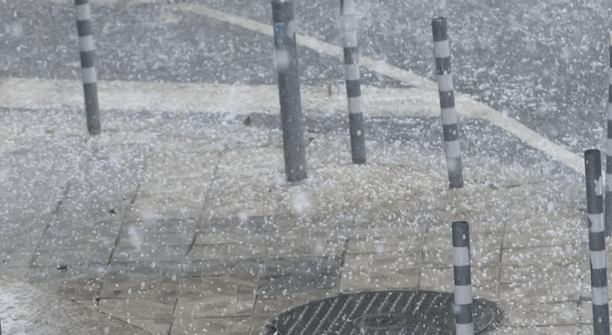 Градушка удари Варна (видео)