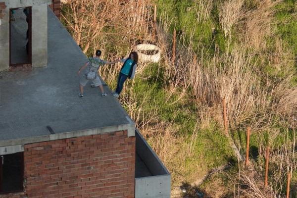 Младежи рискуват живота си в изоставена сграда (снимки)