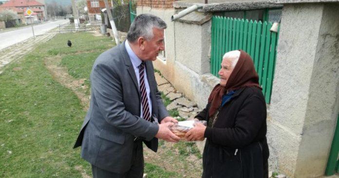 Кмет мюсюлманин раздаде лично на съселяните си козунаци за Великден